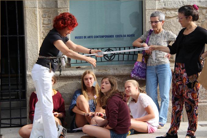 Como somos muy puntuales y el Museo todavía no estaba abierto,aprovechamos para enseñarle a las niñas como funciona un telar de tarjeta...estaban embobadas!!