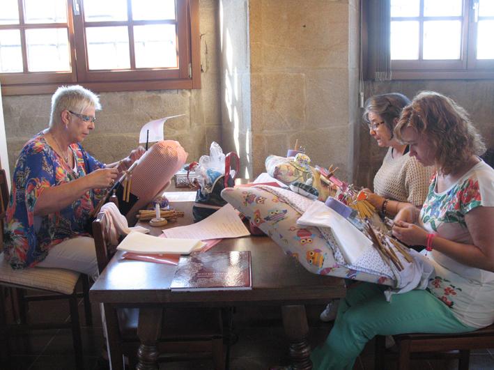 Ramona Vilá,Paqui Rosas y Verónica Parra trabajando Binche y Tonder con gran perfección.