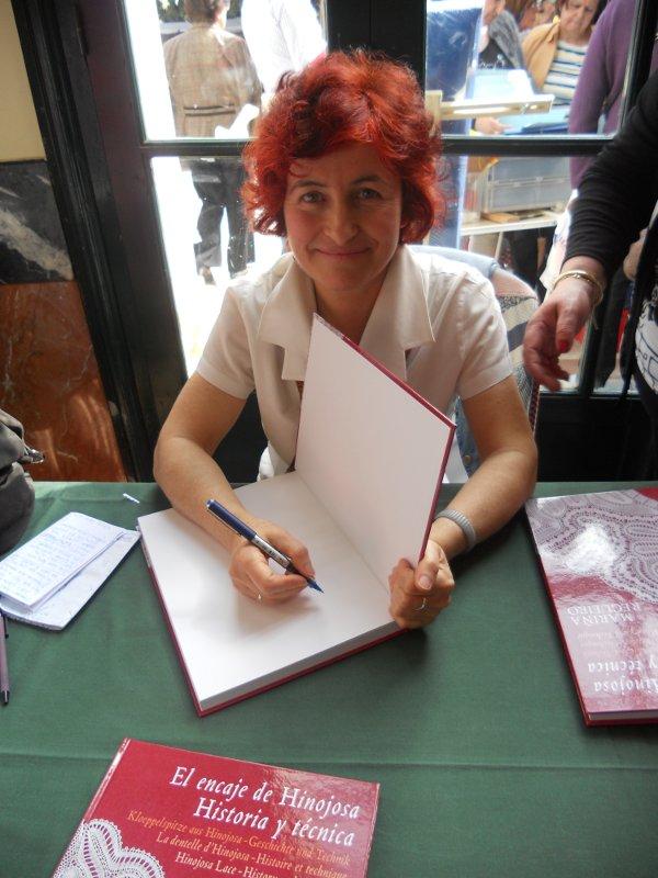 Mariña Regueiro firmando en Sevilla ejemplares de su libro sobre el Encaje de Hinojosa